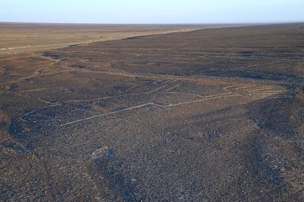 As linhas de nazca chamaram los manos (as mãos) como visto da plataforma de observação no deserto de nazca