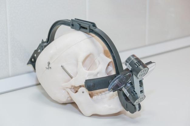 As lupas binoculares dentárias no crânio branco