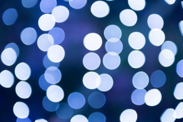 As luzes azuis desfocadas do feriado podem ser usadas como plano de fundo
