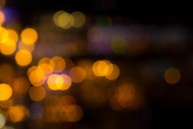 As luzes da cidade borram a noite do bokeh fora de foco.