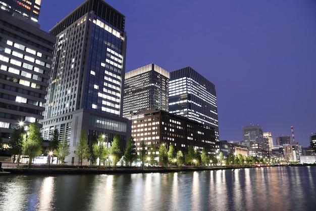 As luzes da cidade de tóquio refletem fora da água