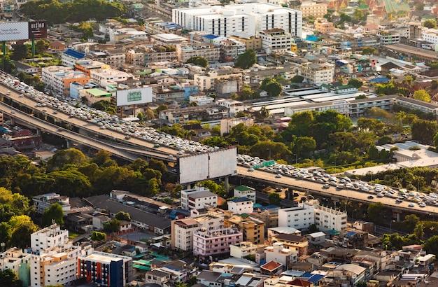 As luzes da noite e da noite de bangkok quando vistas de um canto