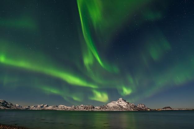 As luzes do norte do ártico polar caçando aurora boreal, estrela do céu na noruega, fotógrafo de viagens montanhas