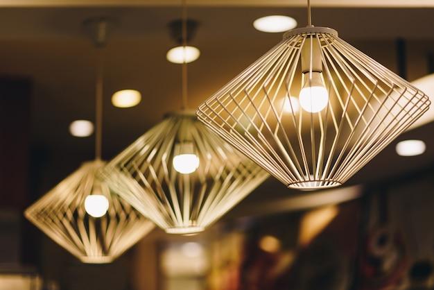 As luzes do teto são lindas e atraentes