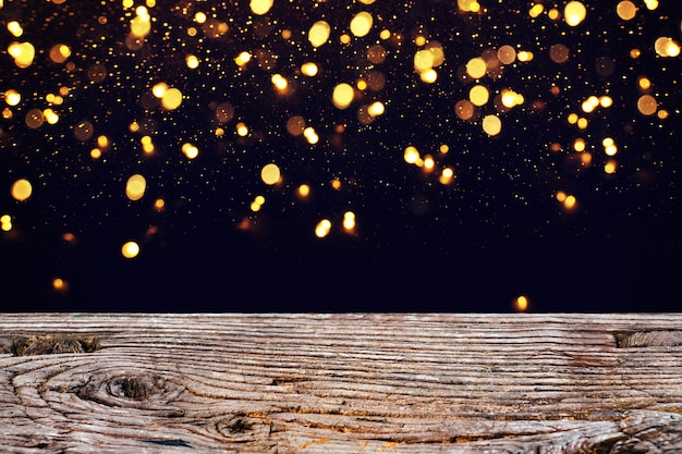 As luzes estão brilhando em árvores vintage e fundo preto.
