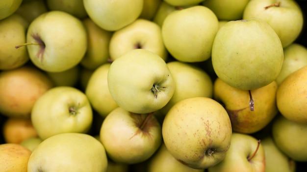 As maçãs colhem a vista superior para texturas de alimentos. maçãs no supermercado