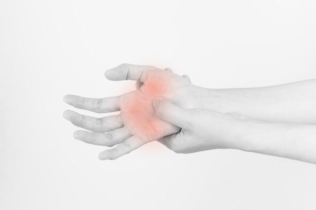 As mãos da menina com dor, síndrome do túnel do carpo do trabalho