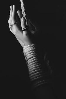 As mãos da mulher kinbaku shibari amarradas com corda