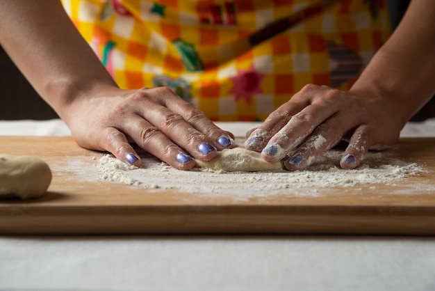 As mãos das mulheres fazem massa para o prato gutab do azerbaijão.
