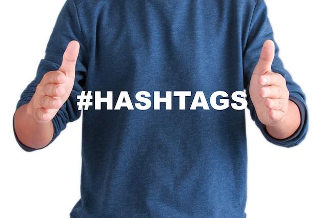 As mãos de homens com hashtags de texto