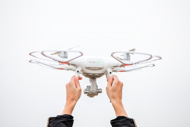 As mãos de mulher drone e fotógrafo