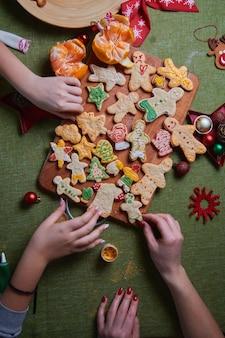As mãos de uma bela jovem segurando um homem ruivo assado. o conceito de uma festa em casa, um jantar em família. conceito de tradições de ano novo e processo de cozimento. fazendo família