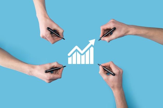 As mãos desenham um telefone móvel inteligente com o gráfico icon.checking, analisando o gráfico de gráfico de crescimento de dados de vendas e o mercado de ações na rede global. estratégia de negócios, planejamento e marketing digital.