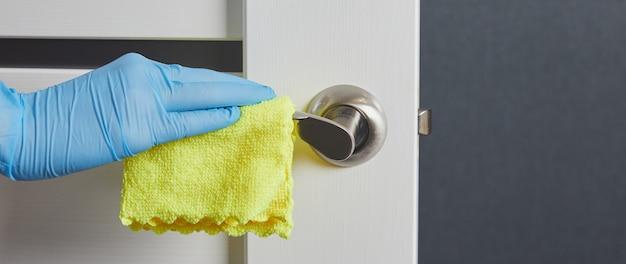 As mãos desinfetam, limpam, lavam as maçanetas das portas. prevenção de infecção por coronavírus durante covid-19.