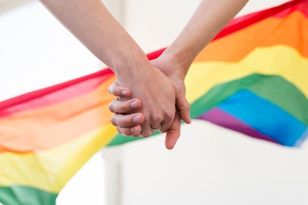 As mãos do casal lgbt se juntam