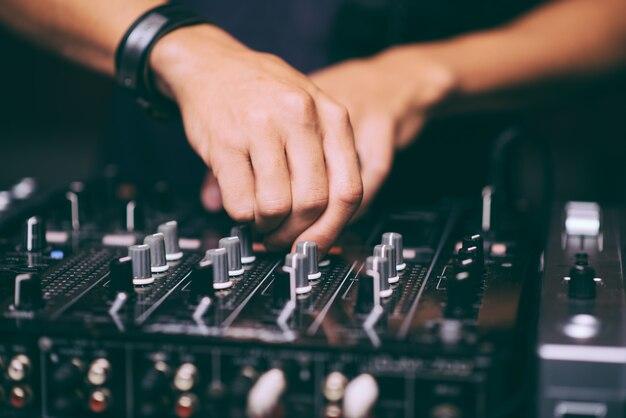 As mãos do dj controlam o close do controle remoto