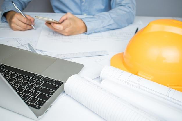 As mãos do engenheiro arquiteto se comunicando no laptop