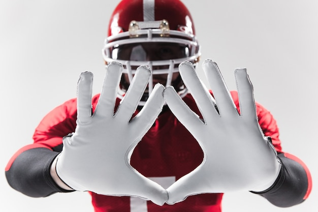 As mãos do jogador de futebol americano em branco