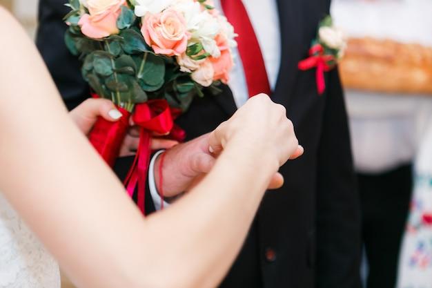 As mãos do noivo e da noiva
