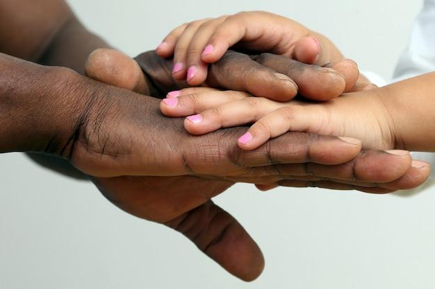 As mãos do pai e do filho juntos, close up