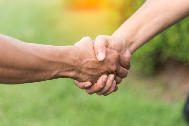 As mãos do parceiro advogado honesto prometem que a equipe profissional faz um acordo comercial após o acordo completo.
