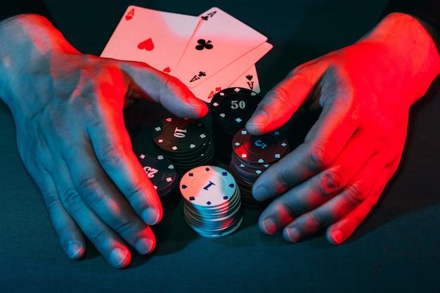 As mãos dos homens tiram as fichas de jogo colocadas na aposta. vitória