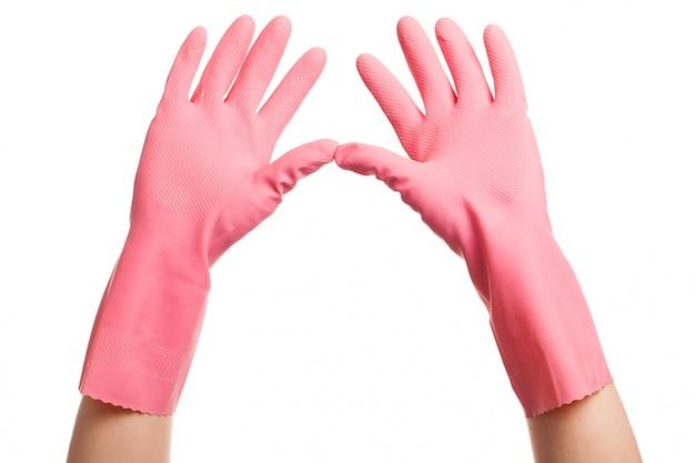 As mãos em um rosa luvas domésticas abertas