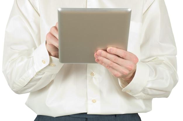 As mãos estão segurando o computador tablet