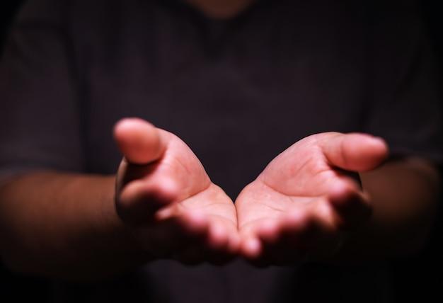 As mãos humanas abrem a adoração com a palma para cima. terapia eucarística abençoe deus ajudando a arrepender católica páscoa quaresma mente ore. fundo do conceito de religião cristã. luta e vitória para deus