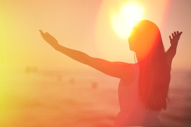 As mãos humanas abrem a adoração com a palma para cima.