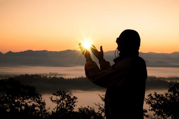 As mãos humanas abrem a adoração da palma.