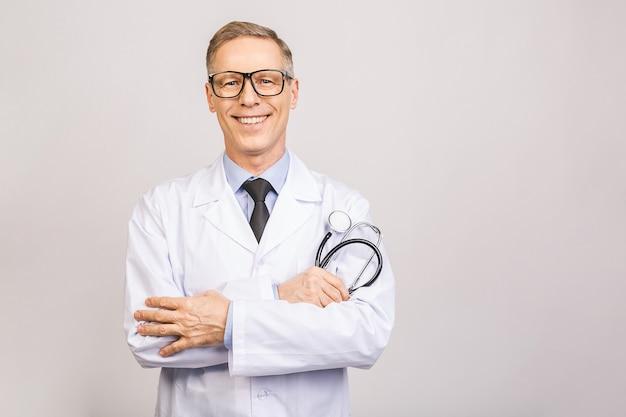 As mãos masculinas do doutor do therapeutist da medicina cruzaram-se em sua caixa que mantem o close up do estetoscópio isolado na parede cinzenta. ajuda médica ou conceito seguro.