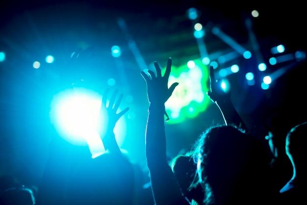 As mãos no ar levantaram os braços da multidão.