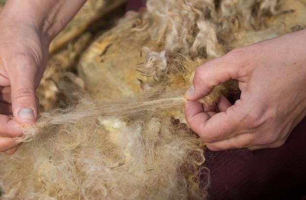 As mãos que giram lã de lã à mão