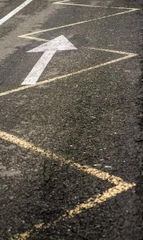 As marcas na estrada de asfalto na cidade. flecha no asfalto