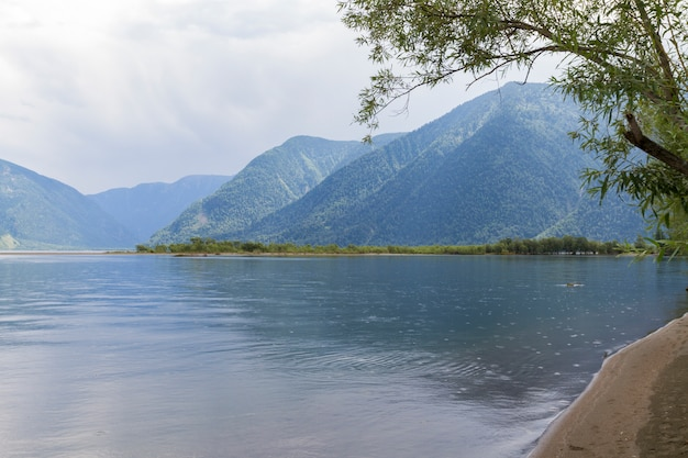 As margens do lago teletskoye em altai
