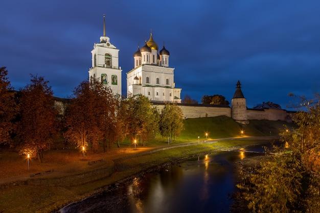 As margens do rio pskova e a catedral pskov kremlin trinity de pskov rússia