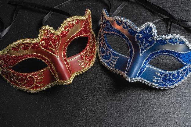 As máscaras colombinas, vermelhas, carnavalescas ou máscaras de máscaras
