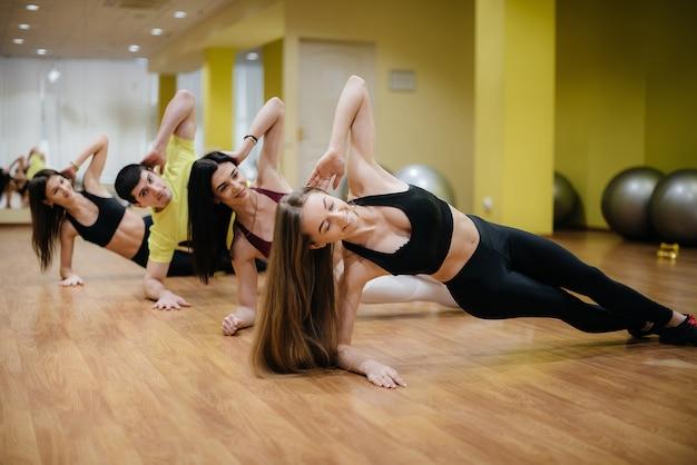 As meninas adotaram a aptidão em um grupo. ginástica.