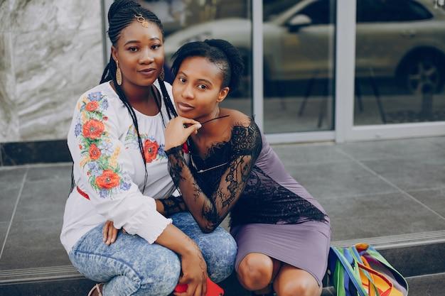 As meninas andam pelas ruas da cidade