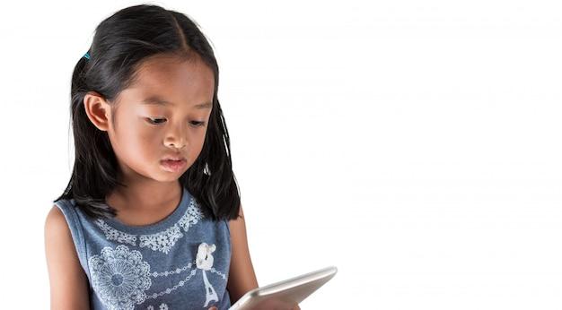 As meninas asiáticas estão usando o conteúdo de entretenimento de visualização de tablet, usado para alertar as crianças sobre a tecnologia.