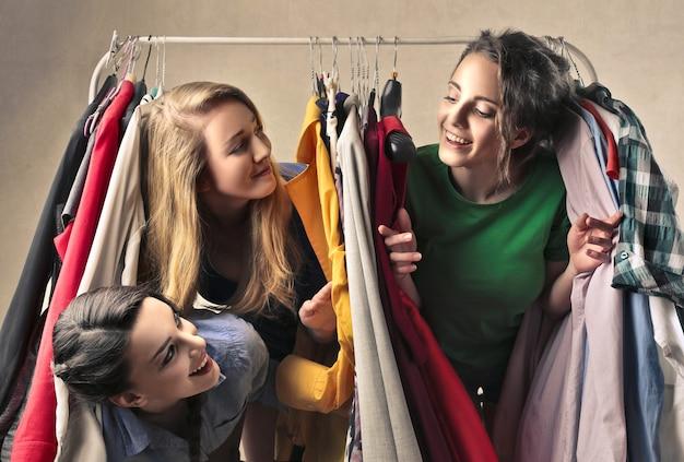 As meninas brincam com roupas