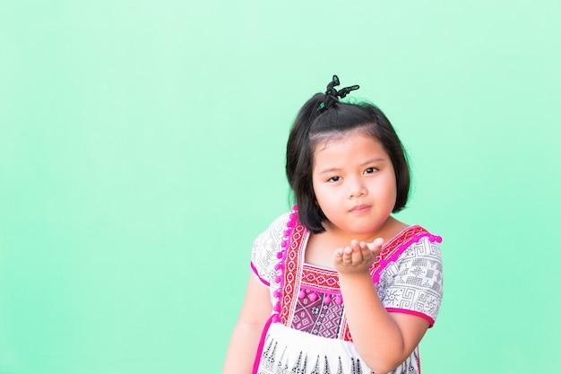 As meninas de ásia do retrato vestiram-se em trajes tailandeses.
