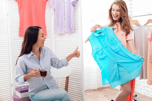 As meninas escolhem roupas na loja. meninas no showroom.