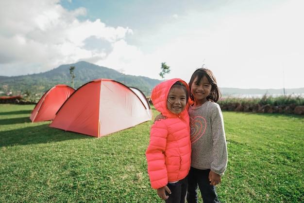 As meninas gostaram de brincar juntas no acampamento do jardim naquele dia