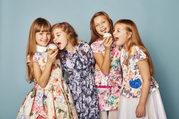 As meninas se divertem e brincam, comemoram seu aniversário
