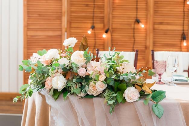 As mesas estão definidas para uma festa