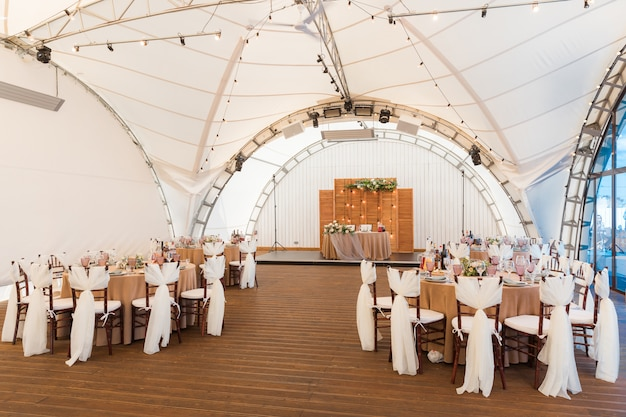 As mesas estão prontas para a recepção do casamento