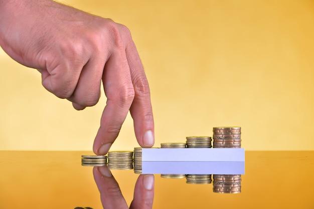 As moedas ficam verticalmente em colunas ascendentes, conceito de crescimento de receita
