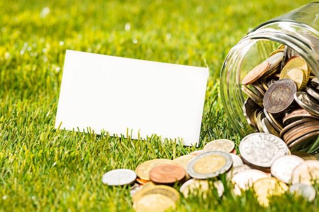 As moedas no frasco de vidro
